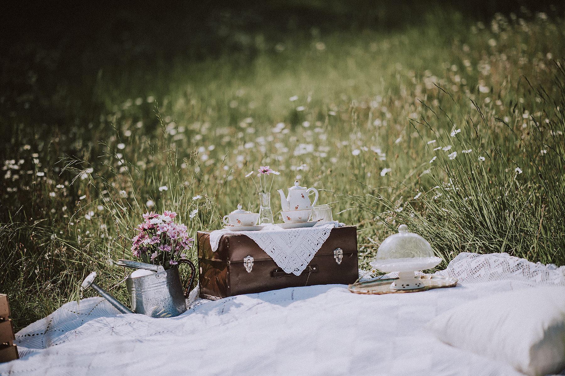 Servizio fotografico di coppia con picnic nel Mugello